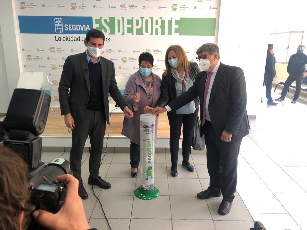 Iker Casillas junto al presidente de Ecopilas, en la Escuela de Segovia